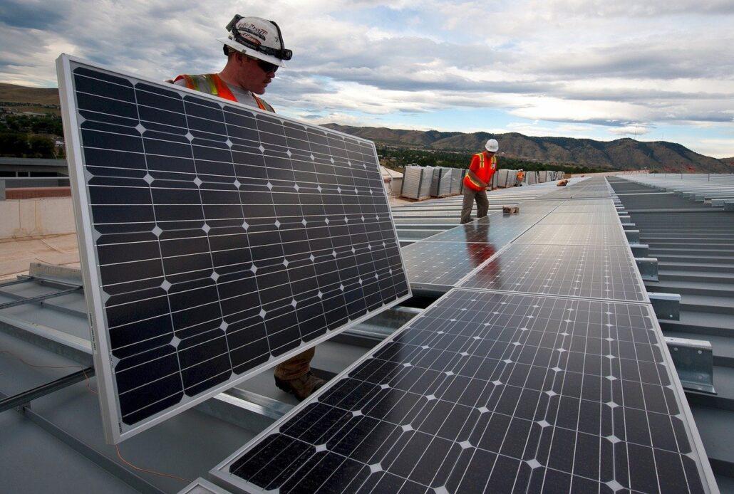 homens trabalham com instalaçao de paineis de energia solar - foto Pixabay