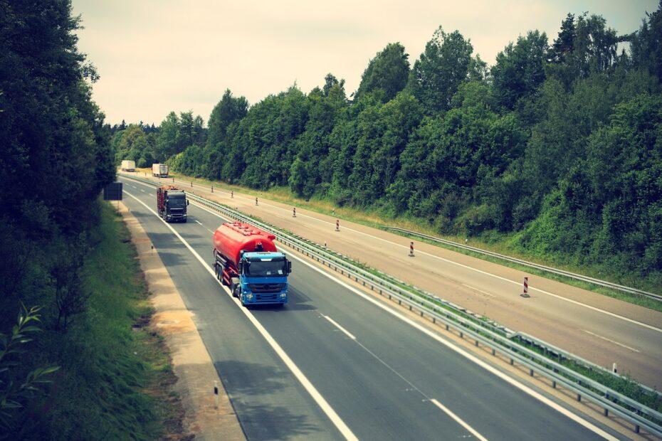 caminhoes em rodovias - fotor pixabbay